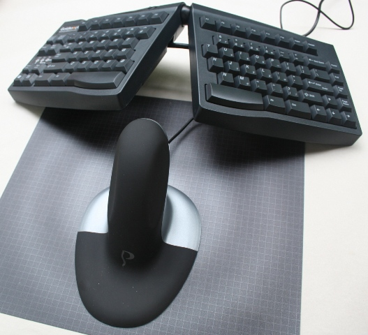 Penguin Ambidextrous Mouse to the center of a Goldtouch Keyboard